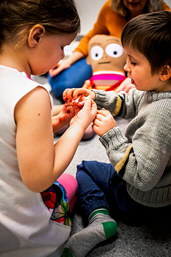 Barn i barnehagen sammen med Henry.