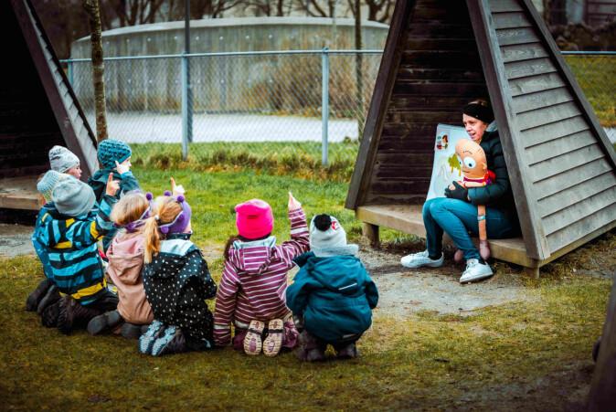 Silje Lea saman med barn i Sørbø Barnehage Sør i Sandnes.