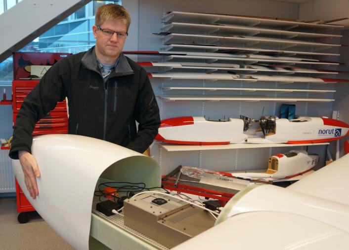 Rune Storvold ved instrumentrommet i dronen CryoWing Mk II på NORUT. (Foto: Arnfinn Christensen)