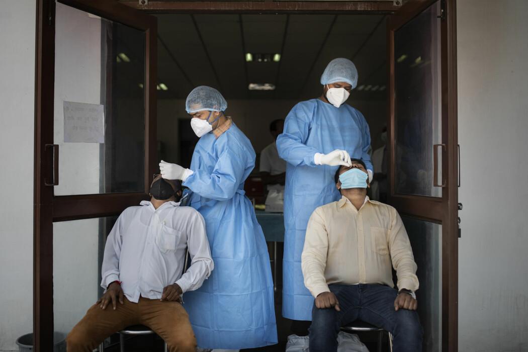 I dag er koronatestingen i stor grad rettet mot personer som har symptomer, men dette fanger langt fra opp alle som er smittebærere, viser en ny studie. Her testes indere på et institutt i New Delhi.