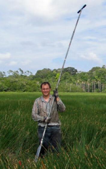 José Iriarte ved University of Exeter henter ut kjerneprøver av sedimenter fra våtmark for å kartlegge fortidas vegetasjon. (Foto: Jennifer Watling)