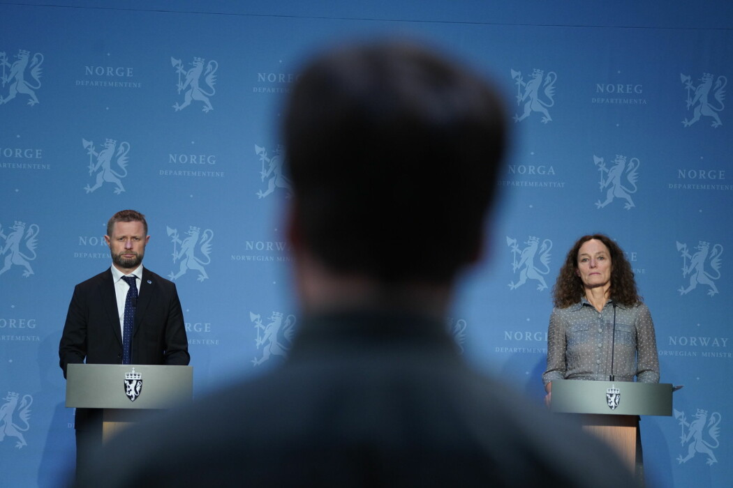 Helse- og omsorgsminister Bent Høie og direktør for Folkehelseinstituttet Camilla Stoltenberg på pressekonferanse om koronasituasjonen.