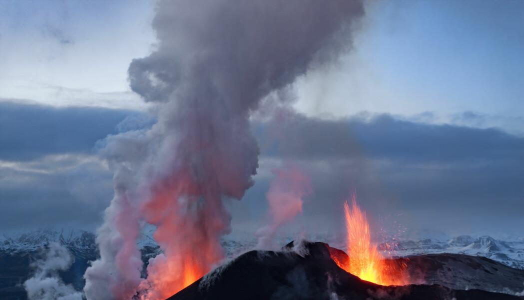 Grímsvötn er en av de mest aktive vulkanene på Island. I 2011 hadde den et stort utbrudd. Det neste forventes å være lite; men man kan aldri vite sikkert, skriver vulkanolog. Dette bildet er riktignok fra et utbrudd på Eyjafjallajökull, også på Island.
