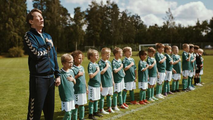 Tommy (Thomas Beau Larsen) wint een voetbalwedstrijd met zijn juniorenteam.