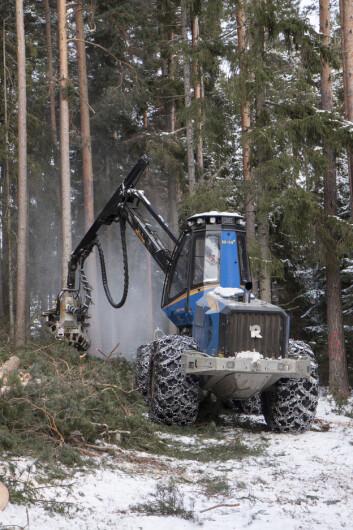 Avvirkningen i norske skoger er langt mindre enn tilveksten. Data for volum og tilvekst er basert på skogdata innsamlet av Landsskogtakseringen. Tall for avvirkning er fra Landbrukstellinger publisert av Statistisk Sentralbyrå. Det meste av avvirkningen foregår nå ved hjelp av hogstmaskiner. (Foto: John Y. Larsson / Skog og landskap)