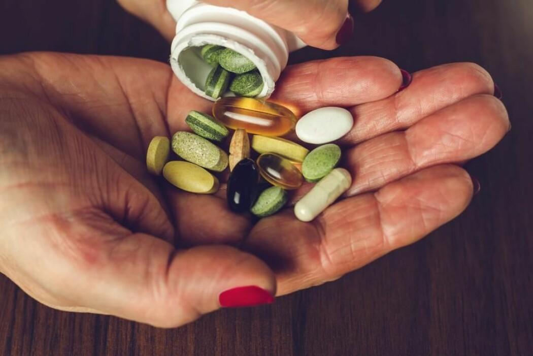 Det er farlig å innbille folk at vitaminpiller og andre kosttilskudd forebygger COVID-19, sier forskere.