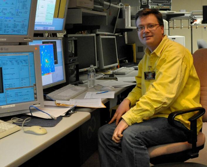 Håkon Dahle, fotografert i kontrollrommet til det japanske Subaru-teleskopet ved Mauna Kea-observatoriet på Hawaii. (Foto: Via Håkon Dahle)