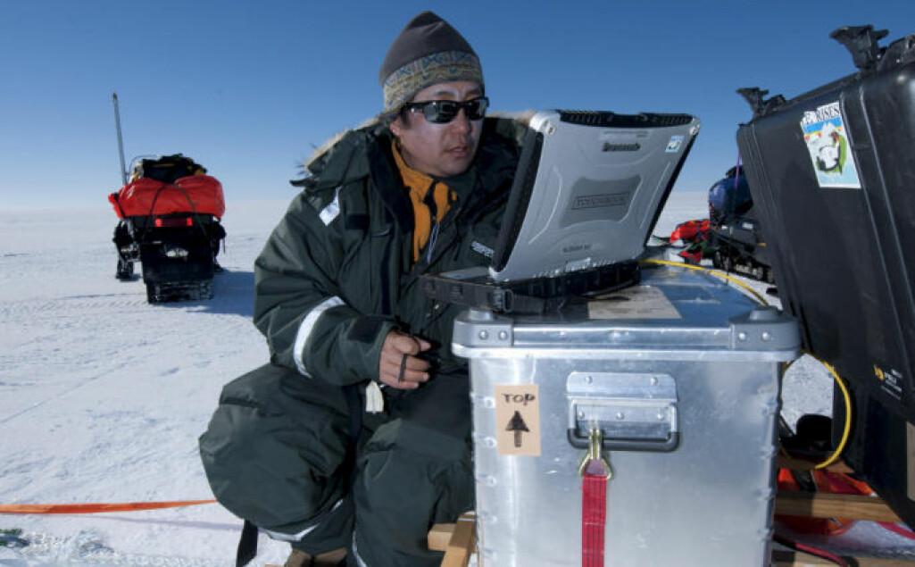 Mange og lange forskningsopphold i Antarktis har gitt Kenichi Matsuoka dyp innsikt i Antarktisisen og oversikt over forskningsfeltet. Her under feltarbeid i Dronning Maud Land.