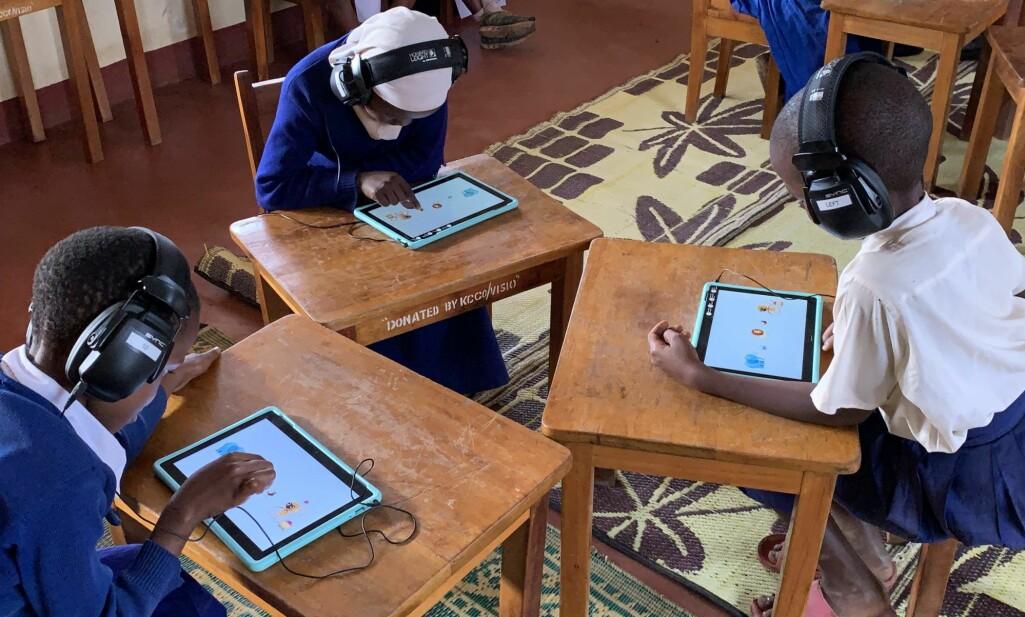 Fra Sintef/NTNU prosjektet I hear you i Tanzania. Her bruker forskerne spillteknologi og tilpassede hodetelefoner for å screene for hørselsproblemer.