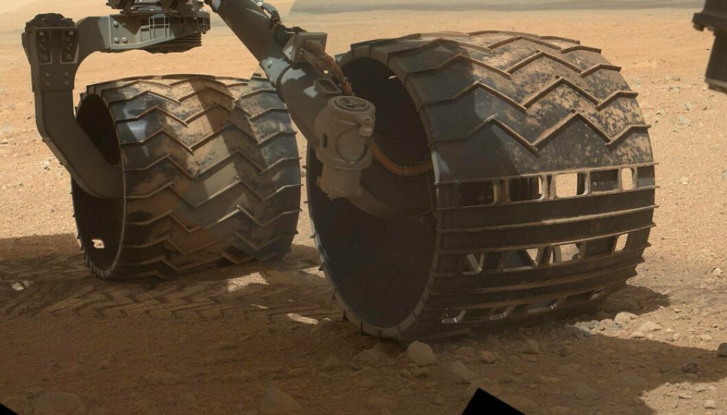 Hjulene på Curiosity er laget av aluminium. Bildet ble tatt 9. september 2012, under den 34. arbeidsdagen til marsbilen. NASA/JPL
