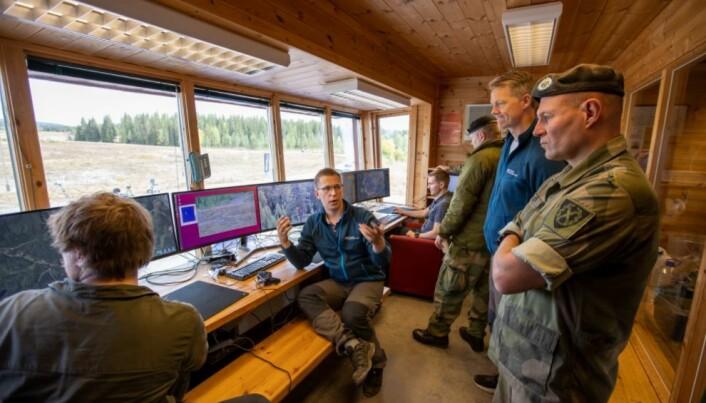 I kontrollrommet får representanter fra Forsvaret en demonstrasjon av den nye programvaren. Forsker Daniel Gusland viser og forklarer.