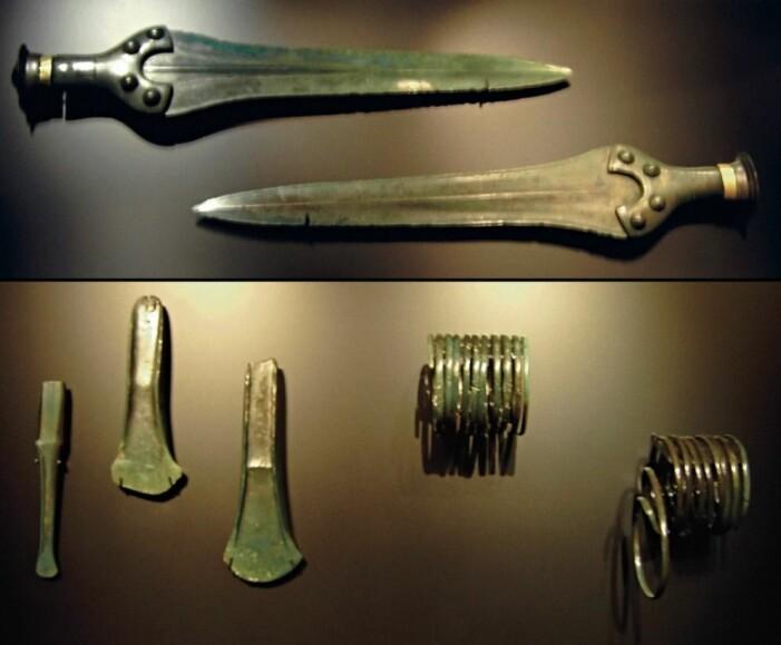 Noe av det som ble funnet sammen med himmelskiven i Nebra-depotet, deriblant sverd, økshoder og smykker.