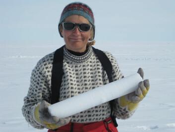 Forsker Elisabeth Isaksson med iskjerne fra Svalbard. (Foto: Norsk Polarinstitutt)