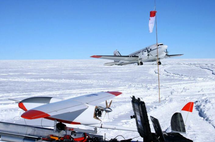 """CryoWing """"Fox"""" møter forsyningsflyet """"Lidia"""" under tokt på Sydpolplatået. (Foto: NORUT)"""