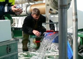 Prøvetaking av vannet under testing av fordeling av legemidlene. (Foto: Randi Grøntvedt)