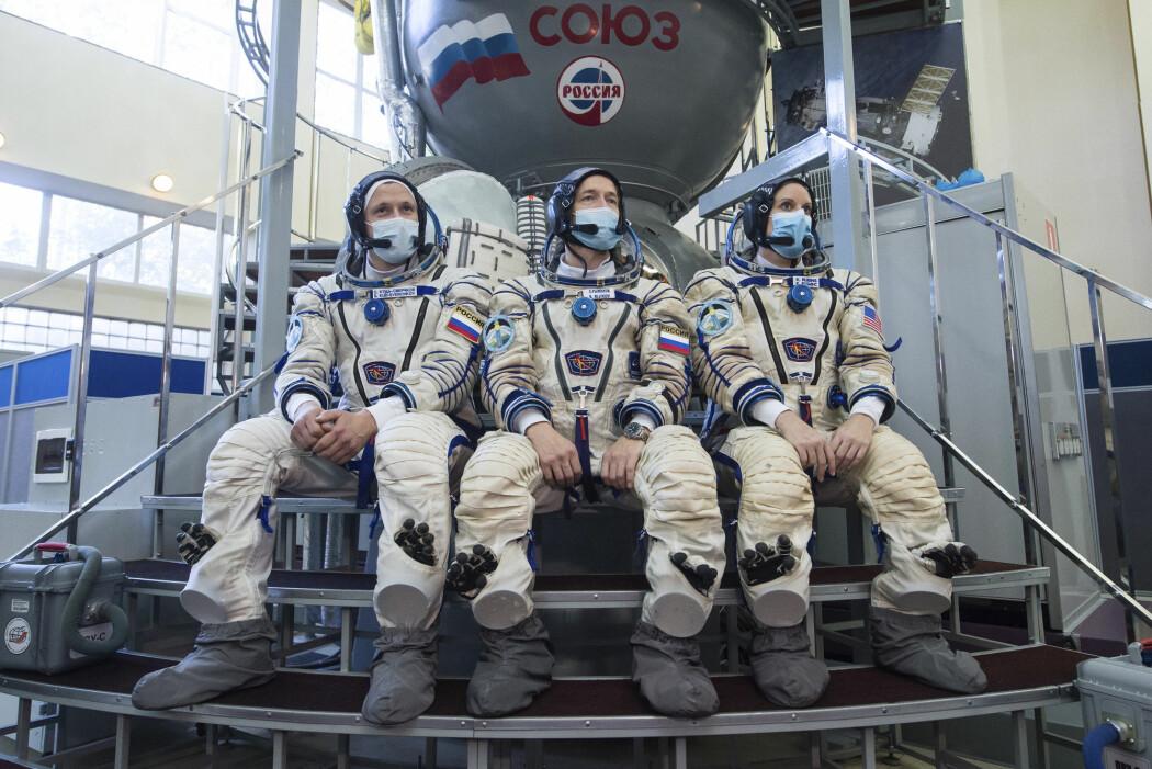 Et bilde fra Roscosmos viser astronautene Sergej Kud-Svertsjkov, Sergej Ryzjikov og Kate Rubins. De tok onsdag fatt på turen til romstasjonen ISS.