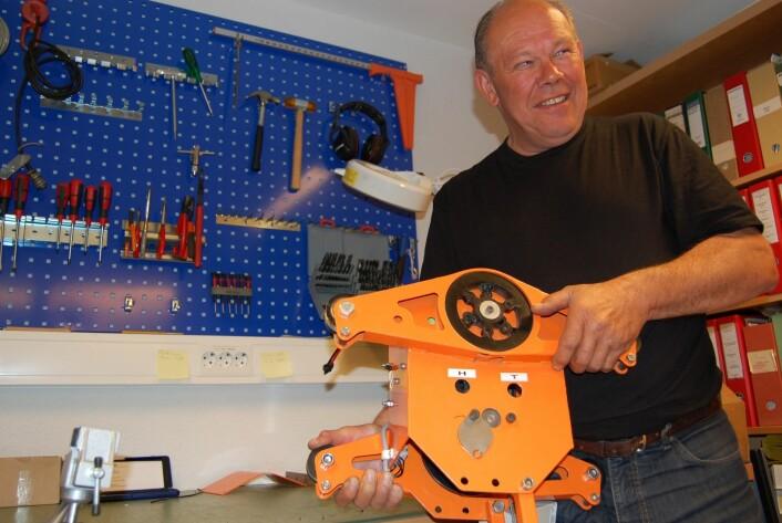 Løpekatten i en tredjedels størrelse av endelig versjon og Morten Nitteberg, som utvikler nytt utstyr og verktøy på Institutt for skog og landskap. (Foto: Preben Forberg)