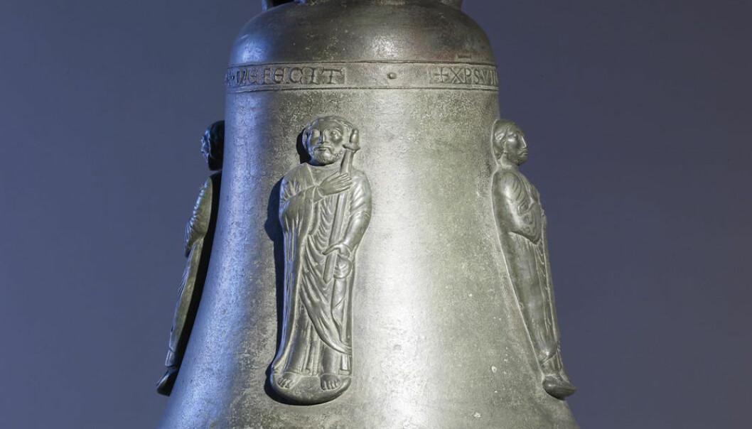 """Denne bronseklokka fra middelalderen viser helgenene Peter, Paulus, Johannes og Thomas. (Bilde: The Walters Art Museum, <a href=""""http://creativecommons.org/licenses/by-sa/3.0/deed.en"""">Creative Commons</a>)"""