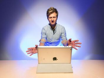 Sintef-forsker Petter Risholm prøver å få maskinen til å lystre hånbevegelser. (Foto: Thor Nielsen/Sintef)