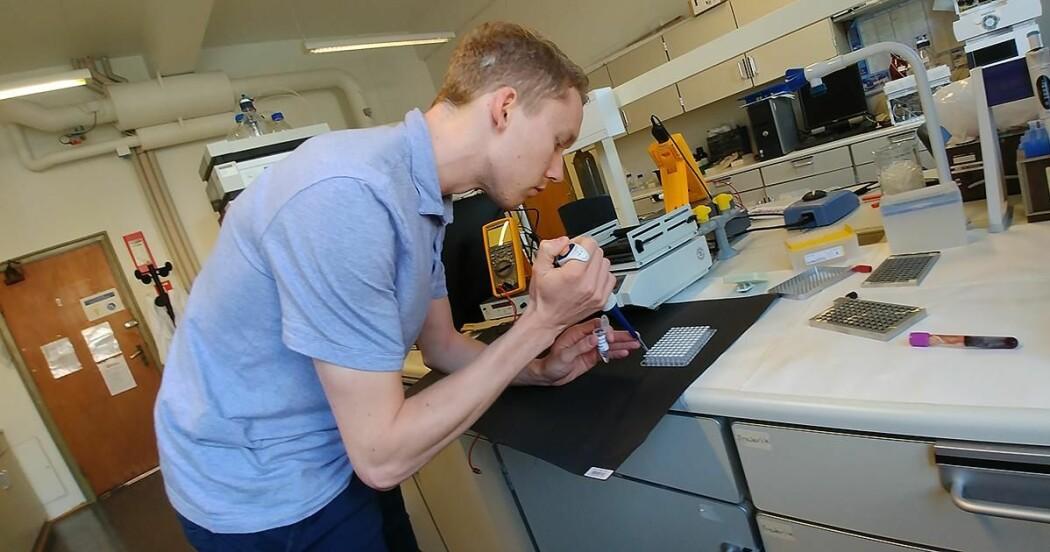 Frederik Hansen demonstrerer utstyret for analyse av biologiske prøvar.