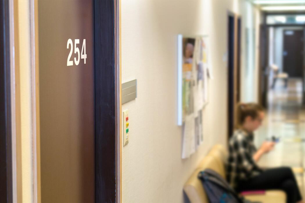 Dersom kontoret til helsesykepleieren er plassert nærme skoleledelsen, så kan det føre til mer samarbeid.