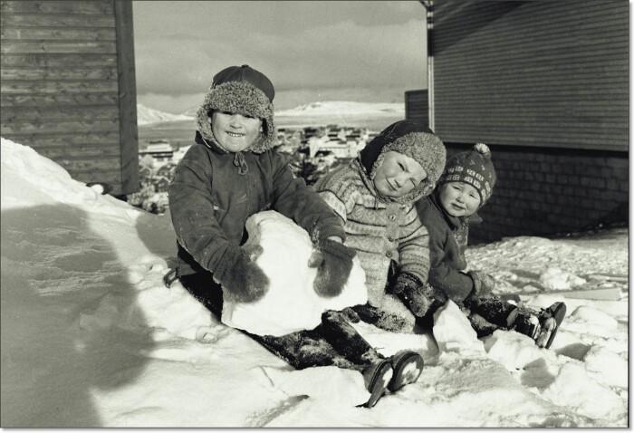 Tre smårollinger mellom nybygde hus i Kirkenes i 1962. Sammenlignet med nabolandene våre, var barnekullene små i Norge før krigen. Etter krigen ble det født klart flere barn her og det er disse barna som nå gjør at vi får en større andel alderspensjonister i Norge enn i nabolandene våre – og høyere utgifter til pensjoner. Samtidig har levealderen økt og fortsetter å øke. I tillegg er fødselstallene gått kraftig ned.