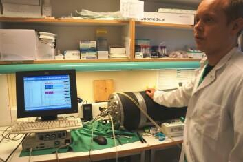 Foreløpig ligger rotta inne i beholderen bak Svein Erik Gaustad. Der er det nå et trykk tilsvarende nesten 30 meters dyp, og rottas reaksjon måles på monitoren ved siden av. (Foto: Hanne Jakobsen)