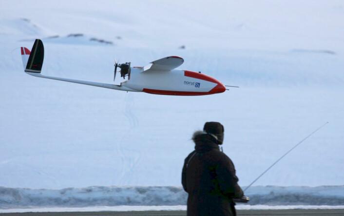 Modellflygerens drøm: Dronen CryoWing lander vanligvis under manuell kontroll. (Foto: Torbjørn Houge, NORUT)