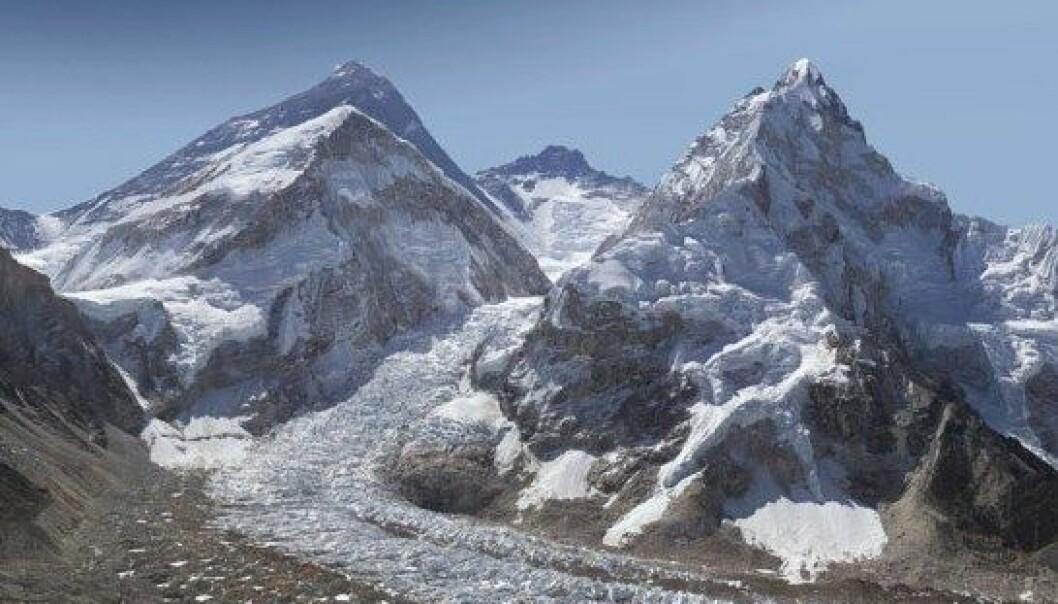 Dette bildet er laget av 400 enkeltbilder tatt med en kraftig linse. Deretter er det sydd sammen, slik at man kan zoome inn og se utrolige detaljer fra verdens høyeste fjell. David Breashears