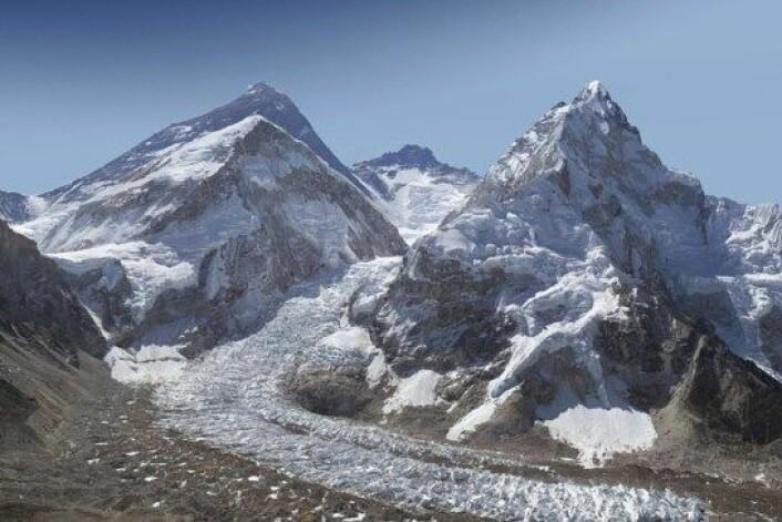 Dette bildet er laget av 400 enkeltbilder tatt med en kraftig linse. Deretter er det sydd sammen, slik at man kan zoome inn og se utrolige detaljer fra verdens høyeste fjell. (Foto: David Breashears)