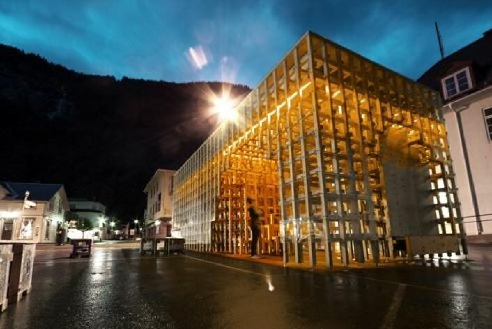 I Rjukan har arkitekturstudenter reist en torgstue som lyser opp midt i sentrum. (Foto: Rallar Arkitekter)