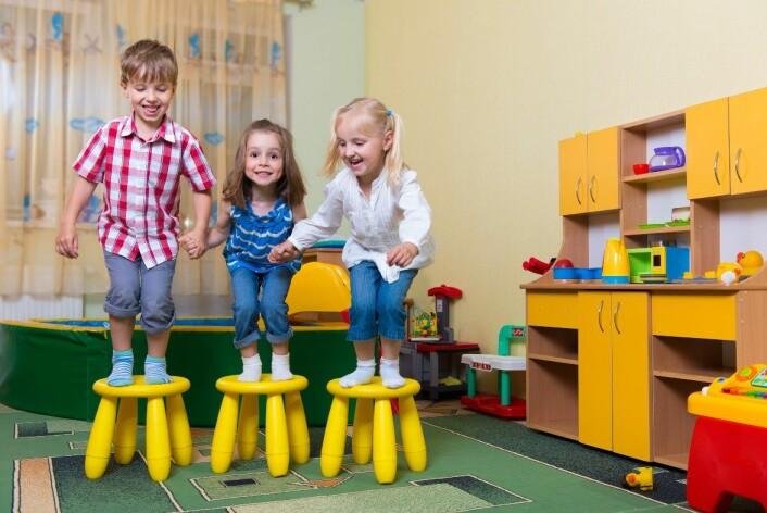 Jenter har flere finmotoriske ferdigheter og generelle bevegelsesferdigheter. På det grovmotoriske området, som blant annet å sparke en stor ball, sykle på en trehjulssykkel eller løpe og hoppe var det ingen forskjeller mellom guttene og jentene. (Foto: Petro Feketa/Scanpix)