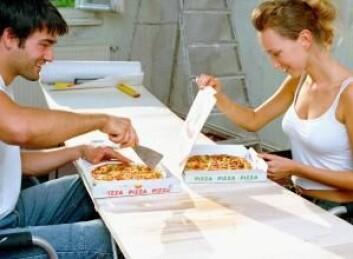 Det er raskt og lett å bestille en pizza, men kanskje skal man tenke seg før man ringer: Pizzaesker inneholder stoffer som kan utløse brystkreft og påvirke muligheten for å få barn, viser ny forskning. (Foto: Colourbox)