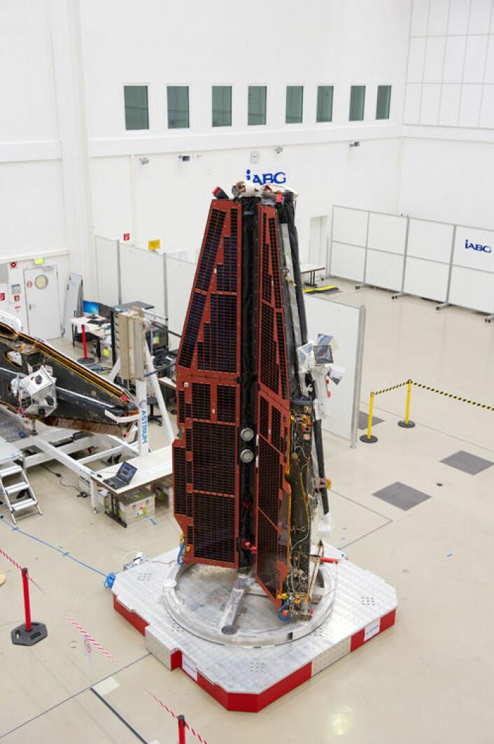 En av satellittene som utgjør Swarm-prosjektet. Hver satellitt veier et halvt tonn. (Foto: ESA/P. Sebirot)