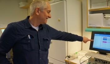 På skjermen viser Torkjel Tveita frem hvordan et sunt slagvolum ser ut. Foreløpig er rotta fortsatt i trykkammeret. (Foto: Hanne Jakobsen)