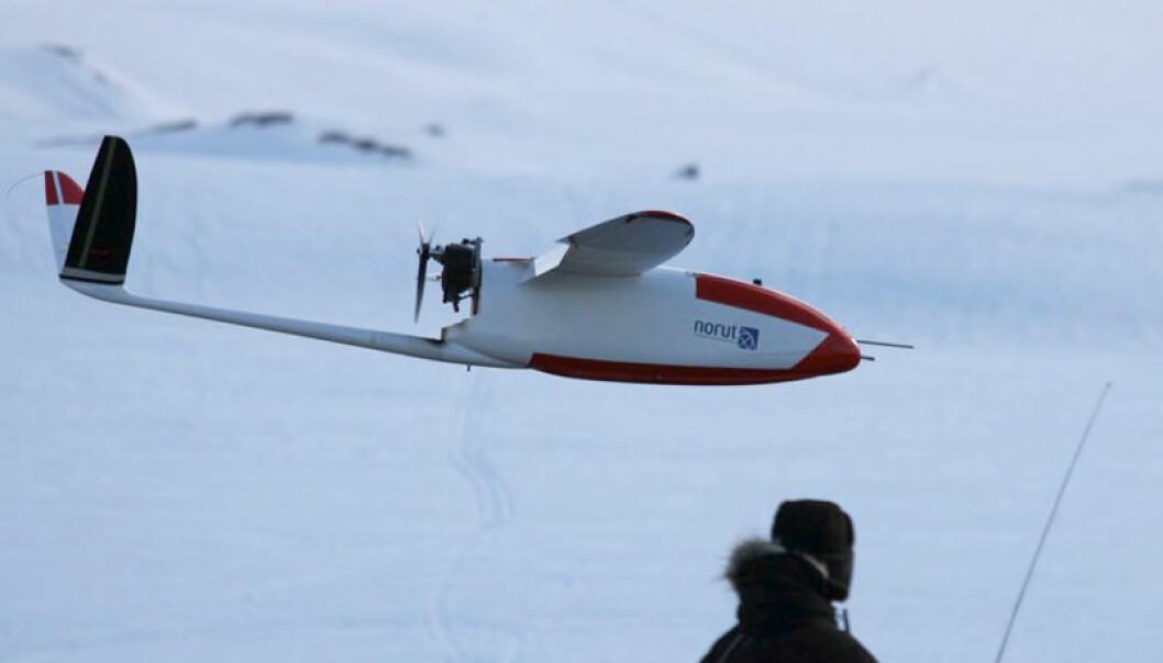 Dronen Cryowing lander under manuell kontroll Torbjørn Houge, NORUT
