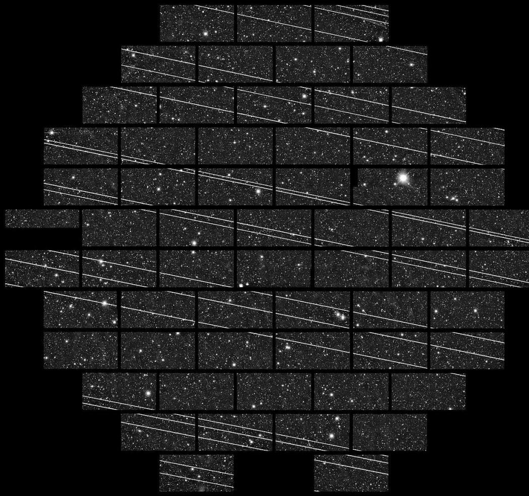 Slik ser de nye Starlink-satellittene ut etter oppskytning i en lang eksponering med teleskopet Cerro Tololo Inter-American Observatory i Chile. Bildet er fra november 2019, og satellittene er spesielt synlige fordi de er i en lavere bane før de flyttes høyere opp.