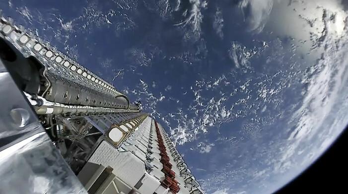 Her ligger 60 starlink-satellitter klare for å bli sluppet ut i bane. SpaceX skyter opp 60 av gangen.