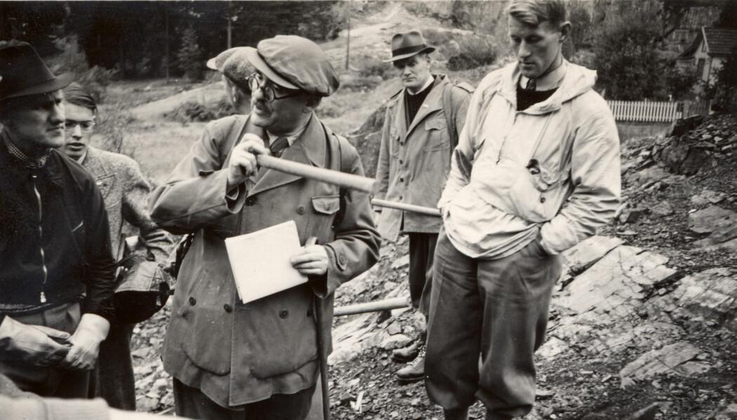 Professor Goldschmidt holder geologhammeren og snakker til ekskursjonsdeltakere. Friedman finner at han hadde et hissig temperament men at han også var svært sjenerøs, særlig overfor studenter og stipendiater.