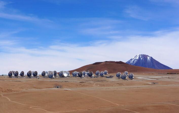 ALMA med vulkanen Licancabur i bakgrunnen. (Foto: Arnfinn Christensen, forskning.no)