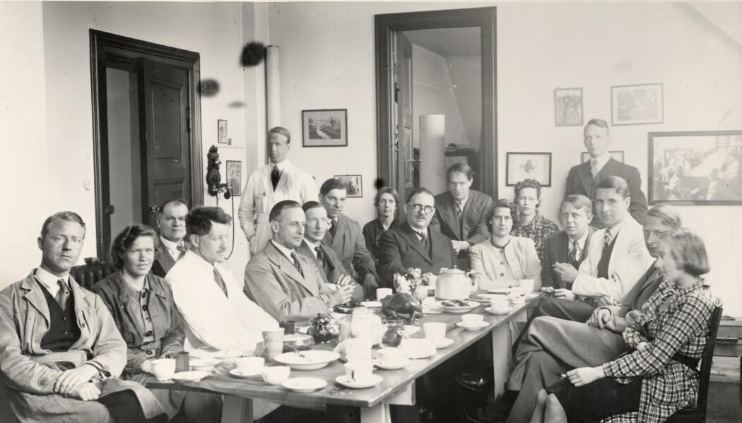 Personalet ved Geologisk museum på Tøyen har kaffepause i 1939. Victor Moritz Goldschmidt øverst i hjørnet til venstre.