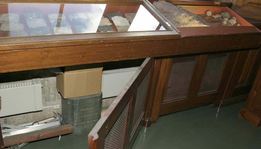 Urnen til professor Goldschmidt sto lenge anonymt og diskret bak radiatoren i steinsamlingen ved Geologisk museum.