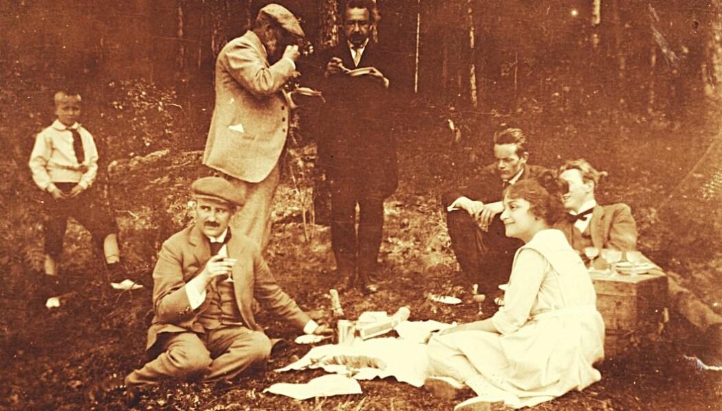 Fysikeren Albert Einstein besøkte Norge i juni 1920. Han skulle holde tre foredrag om relativitetsteorien i Universitetets aula. Her er han i samtale med Heinrich Goldschmidt på en utflukt som ble arrangert. Foran sitter Victor Moritz Goldschmidt og Einsteins stedatter Ilse .
