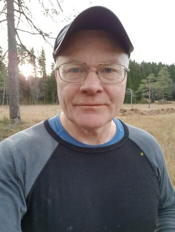 Tor Øystein Olsen finner gamle stier ved hjelp av gamle kart.