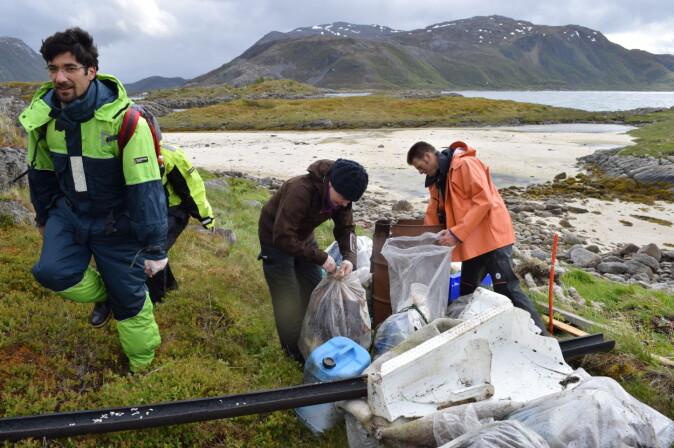 Stadig flere blir med på strandrydding for å bli kvitt store plastbiter som over tid brytes ned til mikroplast.