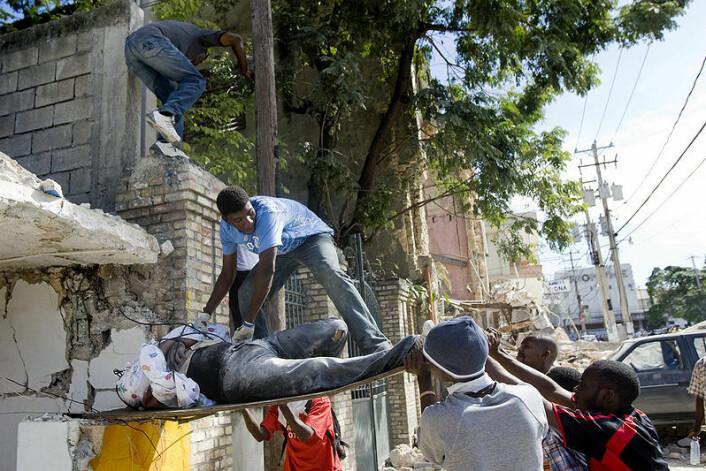 Haitiere henter ut en kropp fra ruinene av en skole som kollapset etter jordskjelvet 12. januar i år. (Foto: Marco Dormino/ The United Nations, se lisens her)