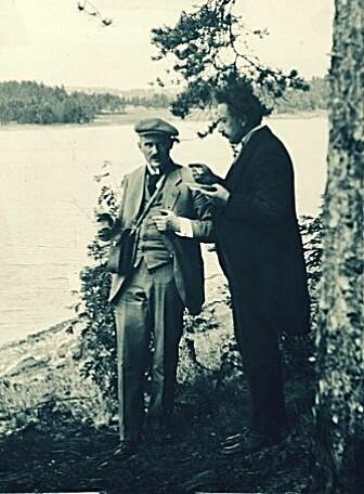 Albert Einstein og Victor Moritz Goldschmidt i samtale under en utflukt da Einstein besøkte Oslo i 1920.