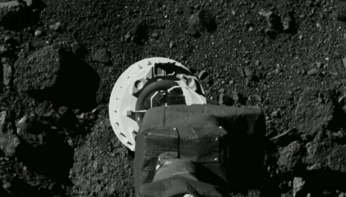 Her er et bilde fra sonden, tatt under en prøvdemanøver i august. Kameraet sitter under sonden, og ser ned på overflaten.