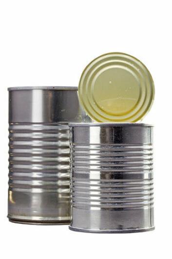 Tinn er grunnstoff nummer 50. Metallet brukes blant annet til hermetikkbokser, der det påføres stålet i et tynt lag og virker som rustbeskyttelse. (Foto: Colourbox)