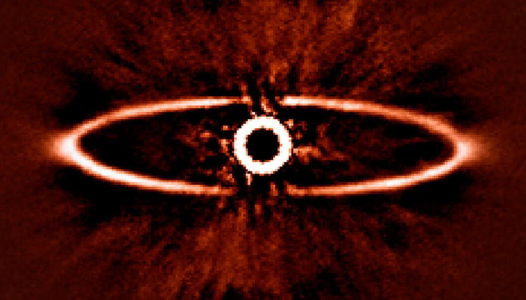 Den støvete ringen rundt den nærliggende stjernen HR 4796A, et av de første bildenesom ble tatt med SPHERE-instrumentet. Bildet illustrerer hvor godt SPHERE er i stand til å redusere lysskinnet fra den meget lyssterke stjernen i midten – en avgjørende egenskap for å oppdage og studere eksoplaneter i framtiden. ESO/J.-L. Beuzit et al./SPHERE Consortium